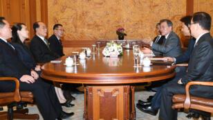 El presidente surcoreano Monn Jae-in se reúne con la delegación de Corea del Norte, liderada por Kim Yo-jong, el 10 de febrero de 2018.