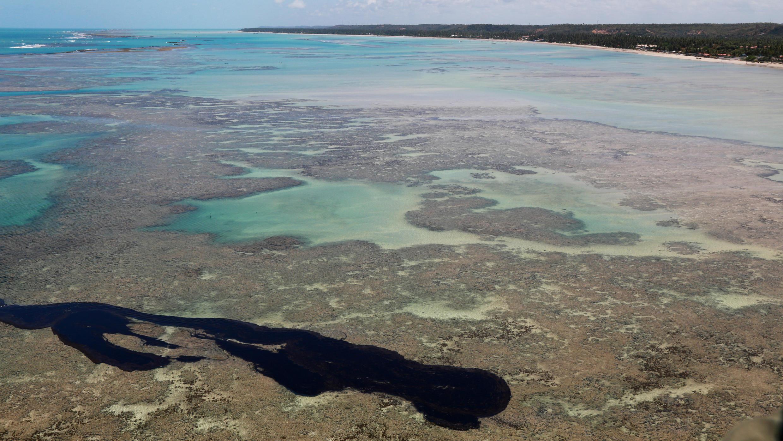Vue aérienne des résidus d'hydrocarbure à la plage de Peroba, près de Maragogi, le 17 octobre 2019.