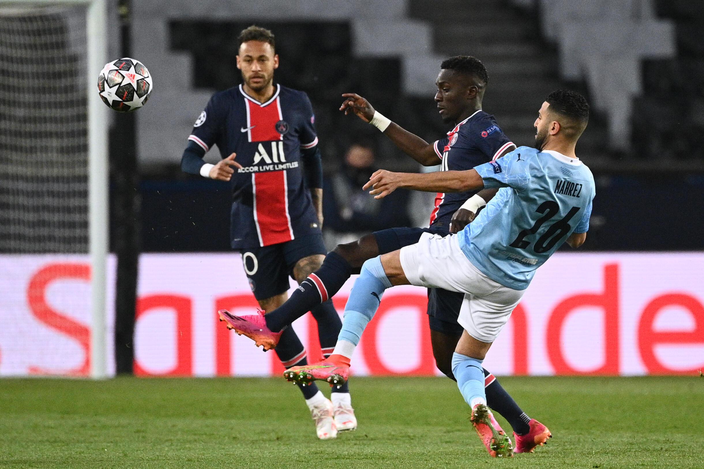 Les Parisiens Neymar et Idrissa Gueye tentent de stopper l'ailier de Manchester City Riyad Mahrez lors de la dernière confrontation entre les deux équipes au Parc des Princes, le 28 avril 2021
