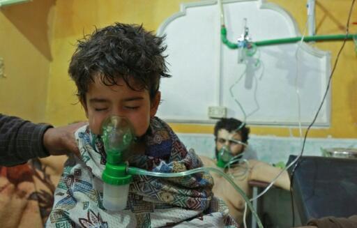 طفل سوري يتلقى إسعافات في عيادة ميدانية في الغوطة الشرقية، بعد هجوم كيميائي مفترض في 25 فبراير/شباط 2018.