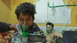 طفل سوري يتلقى إسعافات في عيادة ميدانية في الغوطة الشرقية، بعد هجوم كيميائي مفترض في 25 شباط/فبراير 2018.