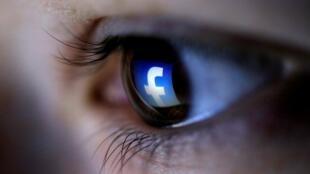 FOTO DE ARCHIVO: Una ilustración de imagen muestra un logotipo de Facebook reflejado en el ojo de una persona