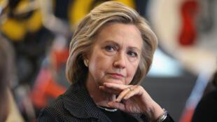 En pleine campagne pour les primaires démocrates, Hillary Clinton tente de s'extirper de l'affaire de ses emails privés.