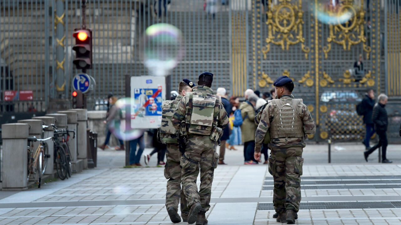 Des militaires du dispositif Sentinelle patrouillent à Paris, le 13 mars 2018.