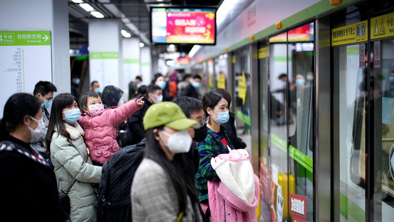 مسافرون يستقلون الميترو في مدينة ووهان بؤرة تفشي فيروس كورونا في الصين. 28 مارس/آذار 2020.