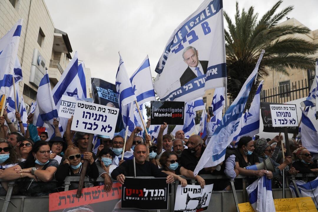 Un grupo de partidarios del primer ministro israelí, Benjamín Netanyahu, con banderas y pancartas durante una manifestación frente al tribunal de distrito de Jerusalén el 24 de mayo de 2020.