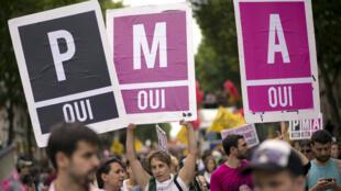 Des gens défilent lors de la Marche des fiertés LGBT, le 29 juin 2013, à Paris.