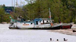 Un barco pesquero brasileño es atracado en Remire-Montjoly, Guyana Francesa, por las autoridades marítimas guyanesas debido a la práctica de pesca ilegal. 28 de julio, 2012.