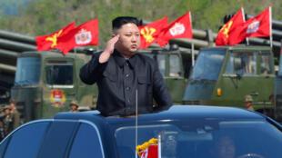 El líder de Corea del Norte, Kim Jong-Un, inspecciona los lanzadores de artillería antes del simulacro militar que marca el 85 ° aniversario del establecimiento del Ejército Popular de Corea (APC) el 25 de abril de 2017.