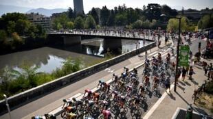 Le peloton du Tour de France lors du départ de la 17e étape, le 16 septembre 2020 à Grenoble