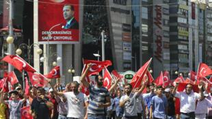 Des partisans du président turc Recep Tayyip Erdogan paradent dans les rue d'Ankara, le 16 juillet 2016.