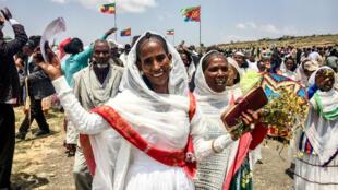 Une Érythréenne célèbre la réouverture du poste de frontière de Zalambessa, dans le nord de l'Éthiopie, le 11 septembre 2018.