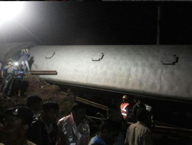 خروج قطاري ركاب عن السكة أثناء عبورهما جسرا اجتاحته فيضانات في وسط الهند