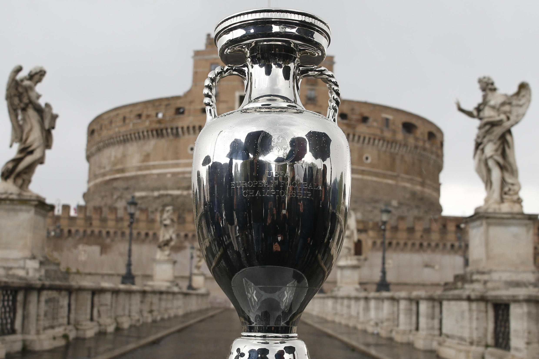 Le trophée UEFA de l'Euro 2020 exposé sur le Pont Saint-Ange de Rome, le 20 avril 2021