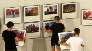 Derniers préparatifs avant l'ouverture du festival de photojournalisme Visa pour l'image, à Perpignan.