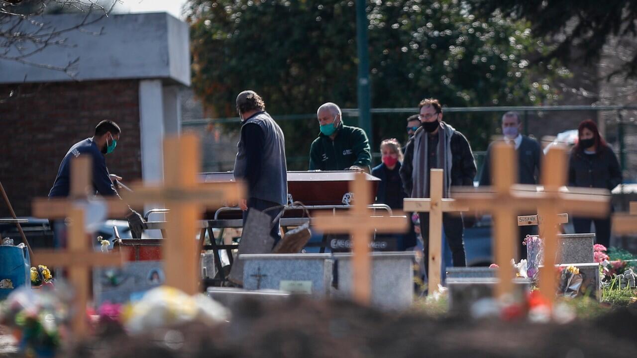 Un grupo de personas participa en un funeral, en un cementerio de Buenos Aires, Argentina, el 7 de septiembre de 2020. El país supera los 10.000 muertos por Covid-19.