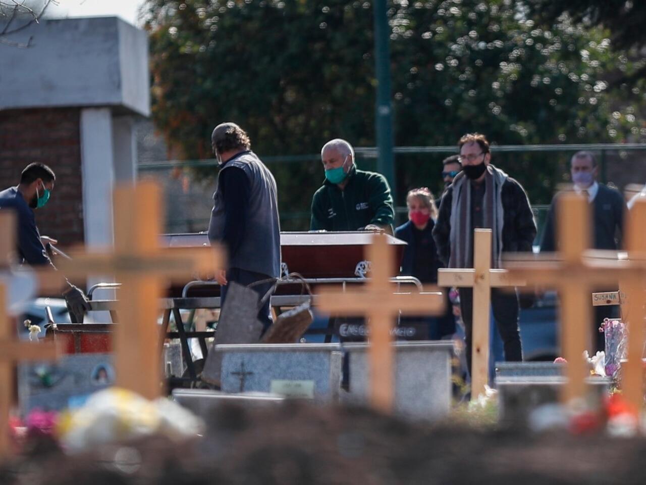 Argentina supera los 10.000 muertos por Covid-19, tras 6 meses de  restricciones