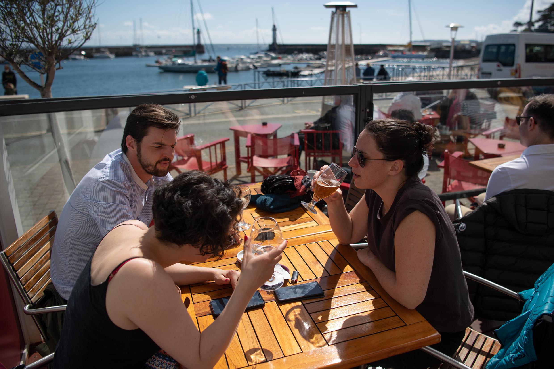 Une terrasse de café sur l'île française de Belle-Ile-en-Mer, en Bretagne, le 19 mai 2021