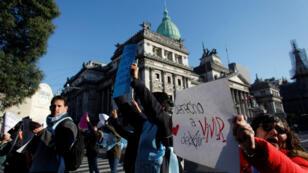Un grupo de manifestantes afuera del Congreso, en Buenos Aires, Argentina, el 27 de junio de 2018.