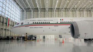 El Boeing 787-8 Dreamliner presidencial de la Fuerza Aérea Mexicana aparece en un hangar y luego fue puesto a la venta por el nuevo presidente de México, Andrés Manuel López Obrador, en el Aeropuerto Internacional Benito Juárez en Ciudad de México, México, el 2 de diciembre de 2018.