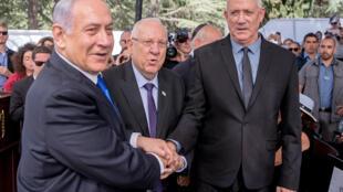 رئيس الوزراء الإسرائيلي المنتهية ولايته بنيامين نتانياهو (يسار) والرئيس الإسرائيلي رؤوفين ريفلين (وسط) ورئيس هيئة الأركان السابق بيني غانتس (يسار) خلال حفل تأبين الرئيس الإسرائيلي الراحل شمعون بيرس في جبل هرتسل في 19 أيلول/سبتمبر 2019