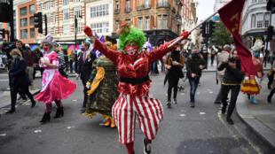 Acteurs et mimes défilent dans Londres pour alerter sur la situation du monde de la culture en pleine pandémie, le 30 septembre 2020