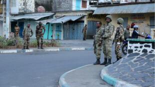 Des soldats de l'armée comorienne patrouillent dans les rues de la médina de Mutsamudu, le 19octobre 2018.
