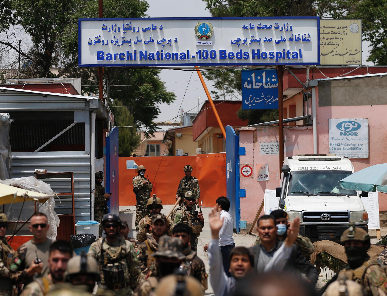 قوات أفغانية أمام المستشفى الذي تعرض للاعتداء