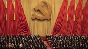 Les délégués du Parti communiste ont écouté l'Internationale lors de la session de cloture du 19e Congrès du parti.