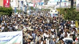 يمنيون يتظاهرون في صنعاء ضد الحصار الذي يفرضه التحالف العربي بقيادة السعودية على اليمن في 13 تشرين الثاني/نوفمبر 2017
