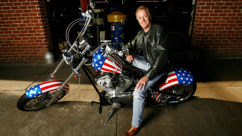 """Peter Fonda posa sobre una réplica de la motocicleta de la película """"Easy Rider"""", cuando se cumplieron 40 años del aniversario de la cinta en Glendale, California, EE. UU., el 23 de octubre de 2009."""