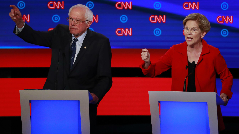 Los candidatos demócratas Bernie Sanders y Elizabeth Warren gesticulan durante el debate presidencial televisado en Michigan, el 30 de julio de 2019.