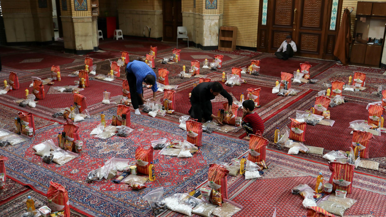 Voluntarios preparan paquetes de alimentos para distribuir a las familias pobres durante el mes sagrado del Ramadán, luego del brote de la enfermedad coronavirus, en Teherán, Irán, el 30 de abril de 2020.
