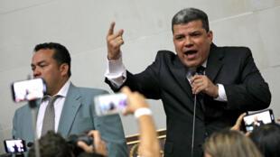 """Le député d'opposition Luis Parra s'est autoproclamé président du Parlement, le 5 janvier 2020, poussant l'opposition à Nicolas Maduro à parler de """"coup d'État parlementaire"""""""