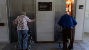 Des personnes âgées attendent un ascenseur dans une maison de retraite, le 24 juin 2019 à Souffelweyershiem, dans le Bas-Rhin