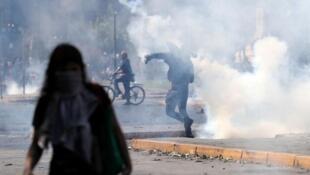 Des manifestants lors d'une mobilisation contre les réformes économiques, le 20 octobre 2019, à Santiago.