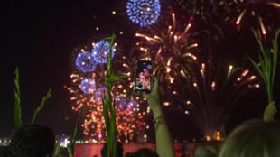 Fuegos artificiales en las playas de Copacabana, en Río de Janeiro, para festejar la llegada del Año Nuevo el 31 de diciembre de 2019 a la medianoche