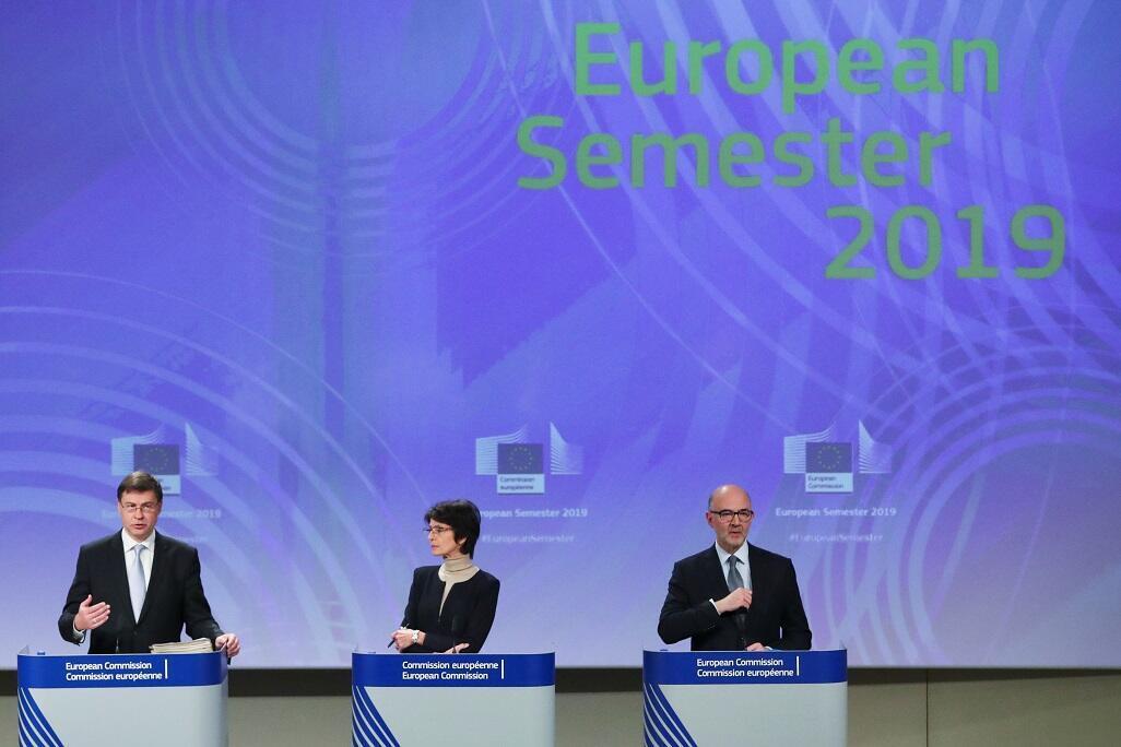 نائب رئيس المفوضية الأوروبية فالديس دومبروفسكيس ومفوضة التوظيف ماريان تيسين ومفوض الاقتصاد بيير موسكوفيتشي في مؤتمر صحافي ببروكسل، 21 نوفمبر