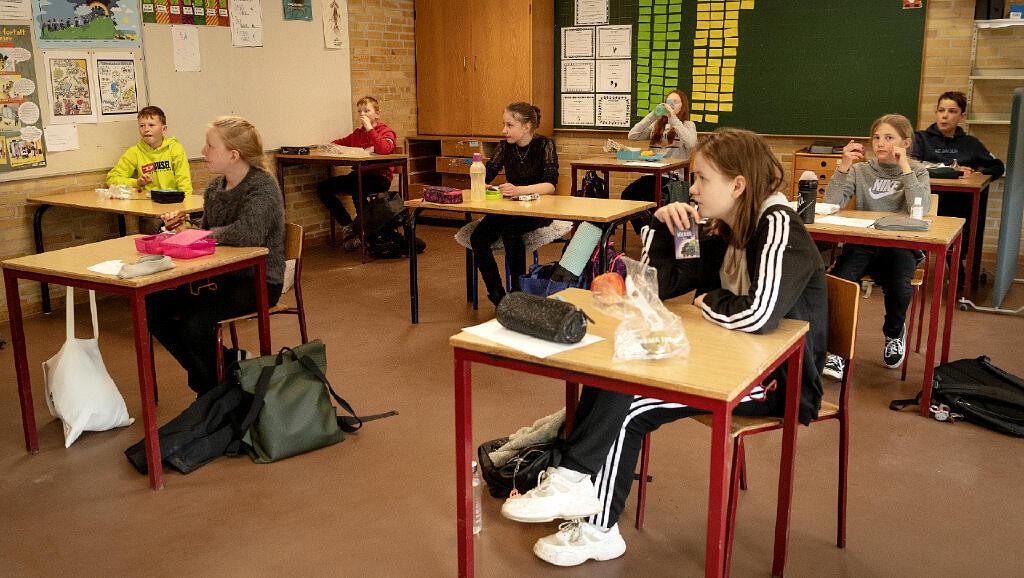 Estos estudiantes asisten el 15 de abril de 2020 a sus primeros días de colegio en Randers, Dinamarca, luego del aislamiento social por el Covid-19.