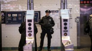 """Quatre personnes ont été blessées dans une """"tentative d'attentat terroriste"""" lundi matin près de Times Square, à New York."""