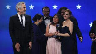 """El director Alfonso Cuarón habla frente a la actriz Yalitza Aparicio, cuando acepta el premio a la Mejor Película por """"Roma"""", en la 24 edición de los Critics' Choice Awards, en Santa Mónica, California, EE. UU., el 13 de enero de 2019."""