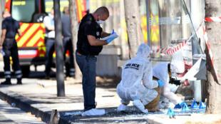 Une voiture a foncé sur deux arrêts de bus dans les environs du quartier du Vieux-Port à Marseille le 21 août 2017.