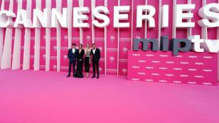 """Elenco de la serie española """"Instinto"""" a su paso por la alfombra rosa en uno de los eventos de la competencia oficial del Canneseries. El 7 de abril de 2019 en Cannes, Francia."""