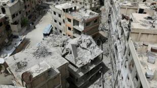 منظر عام للدمار في دوما على أطراف العاصمة دمشق في 17 نيسان/أبريل 2018