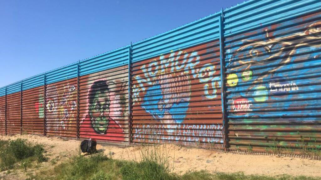 À la frontière entre Tijuana et San Diego, Enrique Chiu peint le mur qui sépare le Mexique des États-Unis.