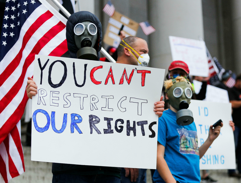 Des manifestants contre les mesures de confinement devant le Capitol à Olympia, la capitale de l'État de Washington.