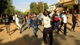 Des manifestants scandent des slogans anti-régime lors d'une manifestation, à Khartoum, le 25 décembre 2018.