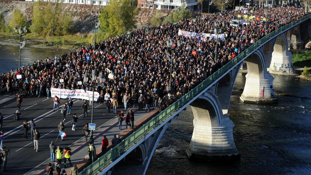 Plus de 10 000 personnes ont pris part à une manifestation silencieuse organisée à Toulouse contre le terrorisme, le 21 novembre 2015.