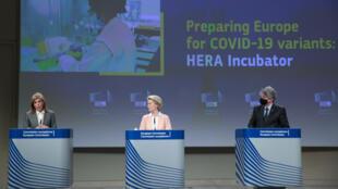 Ursula von der Leyen, presidenta de la Comisión Europea, escucha a la comisaria Stella Kyriakides junto al también comisario Thierry Breton durante una rueda de prensa sobre el plan contra las variantes del covid, el 17 de febrero de 2021 en Bruselas