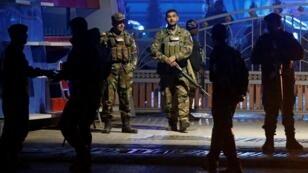 Les forces de sécurité afghanes arrivent sur le site d'une attaque-suicide à Kaboul, Afghanistan, le 20 novembre 2018.